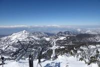 横手山から笠ヶ岳(左)と北アルプス(奥)